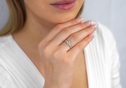 7136ddf58 Zlatý zásnubný prsteň so zirkónmi ...